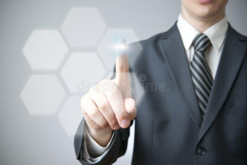 Affärsmannen trycker på en knapp på pekskärmen royaltyfri foto