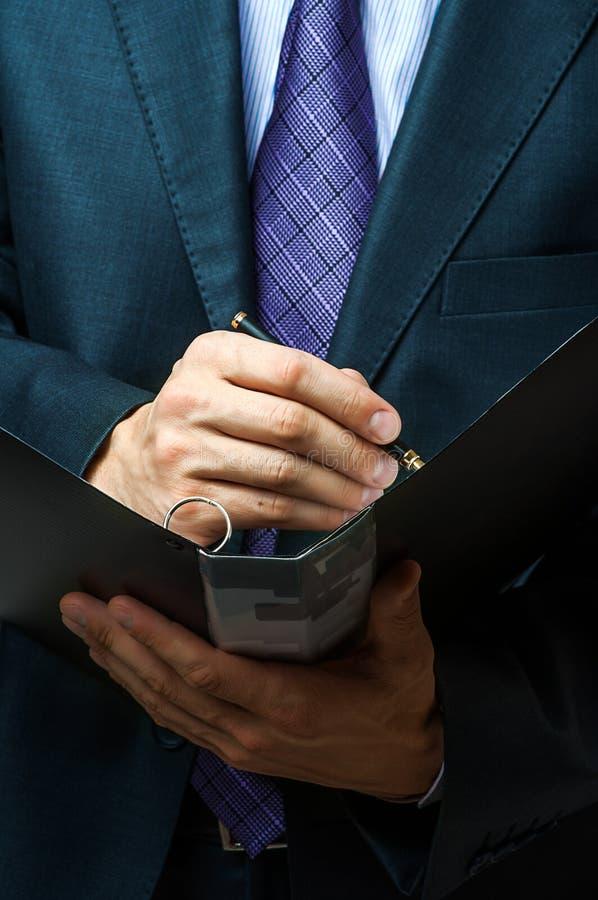 Affärsmannen undertecknar avtalar upp arkivfoto