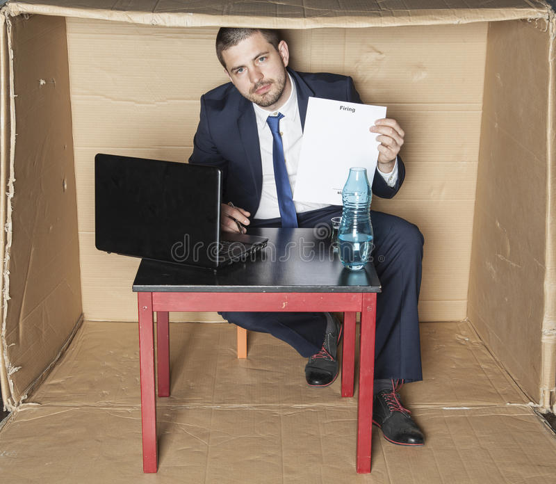 Affärsmannen undertecknar för att äga avskedande arkivfoton