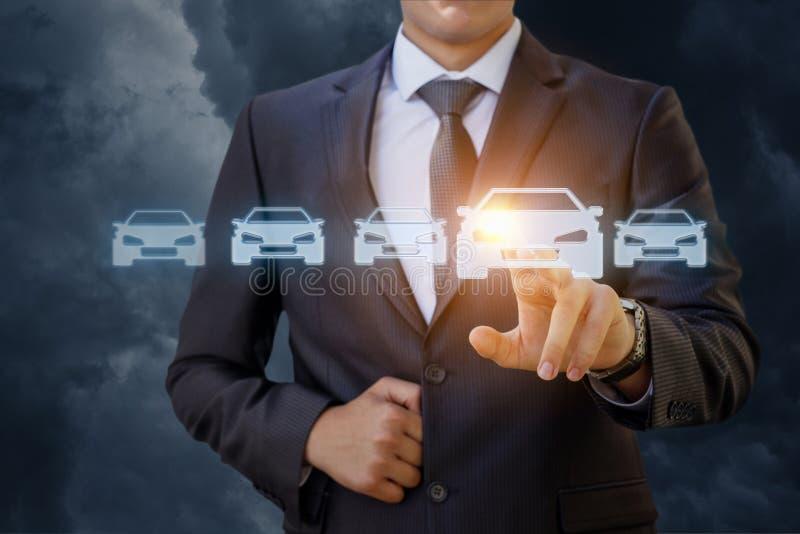 Affärsmannen väljer en bil royaltyfri foto