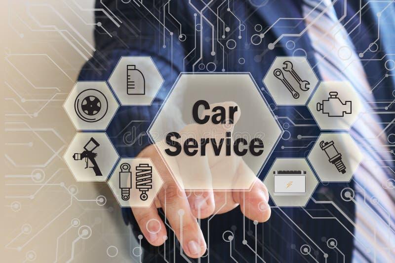 Affärsmannen väljer en bilservice på pekskärmen med en futuristisk bakgrund royaltyfri foto