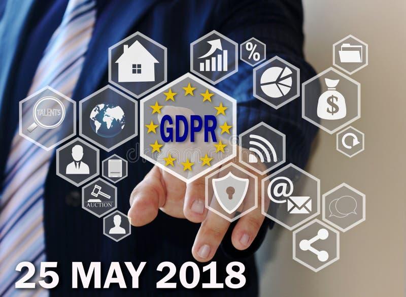 Affärsmannen väljer GDPREN på pekskärmen Begreppet för regleringen för skydd för allmänna data kan 25, 2018 royaltyfria foton
