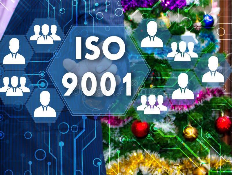 Affärsmannen väljer ISO 9001 på pekskärmen, backdren arkivbild