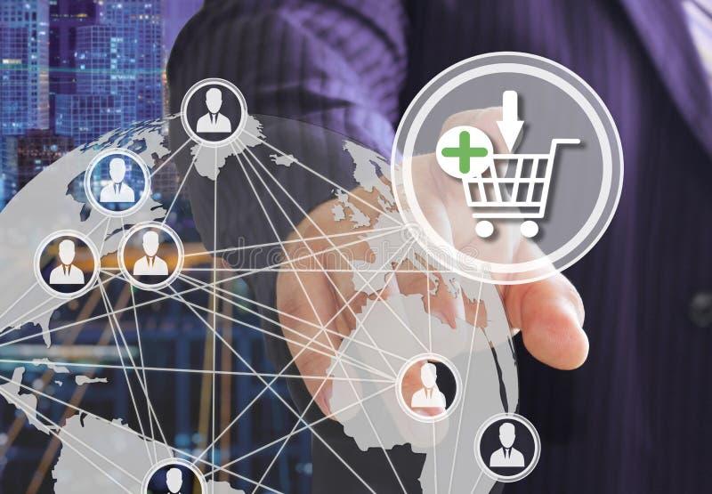Affärsmannen väljer på den shoppa vagnen på pekskärmen med en futuristisk bakgrund Begreppet av online- aubergines stock illustrationer