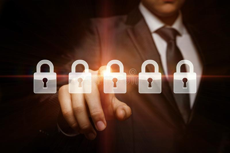 Affärsmannen väljer säkerhetssystemet royaltyfri illustrationer