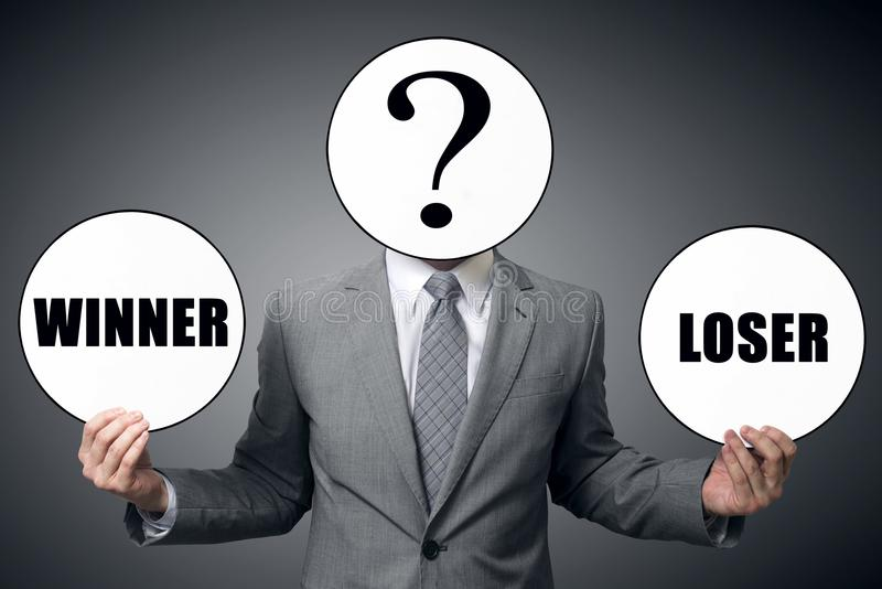 Affärsmannen väljer vem för att vara vinnaren eller förloraren royaltyfri foto