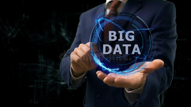 Affärsmannen visar begreppshologrammet stora data på hans hand arkivbild