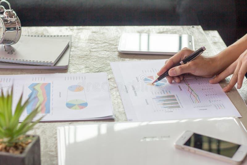 Affärsmanpenna som pekar grafdiagrammet för analysering av investeringen, Bu arkivbilder