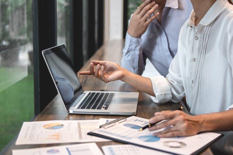 Affärsmanrevisor och sekreterare som gör arbetande revision och beräknar kostnad finansiell årlig finansiell rapportbalansräkning arkivbilder