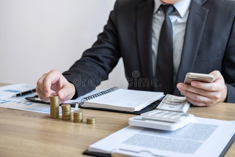 Affärsmanrevisor som räknar pengar och gör anmärkningar på rapporten som gör finanser och att beräkna om kostnad av investeringen royaltyfria foton