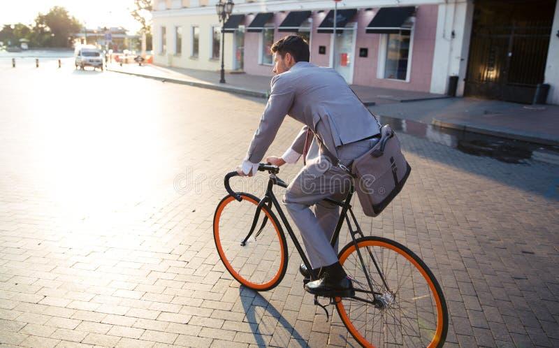 AffärsmanRiding Bicycle To arbete royaltyfri fotografi