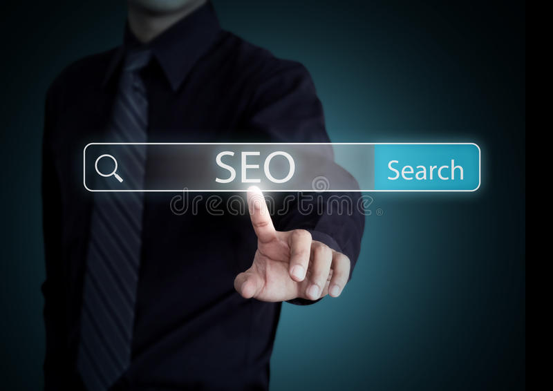 Affärsmansökande med information om SEO-process arkivfoto