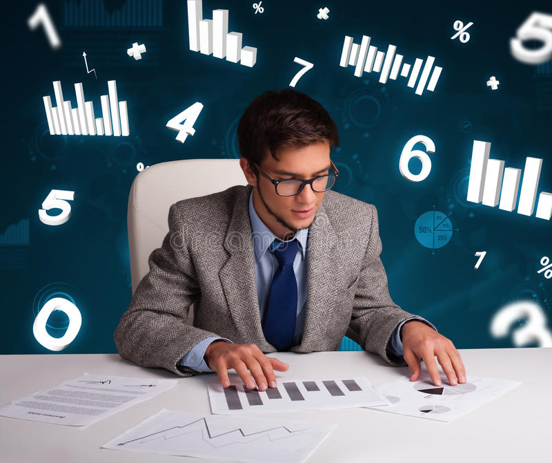 Affärsmansammanträde på skrivbordet med diagram och statistik arkivbild