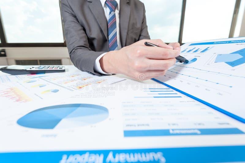 Affärsmanshow som analyserar rapporten, affärskapacitet arkivfoto