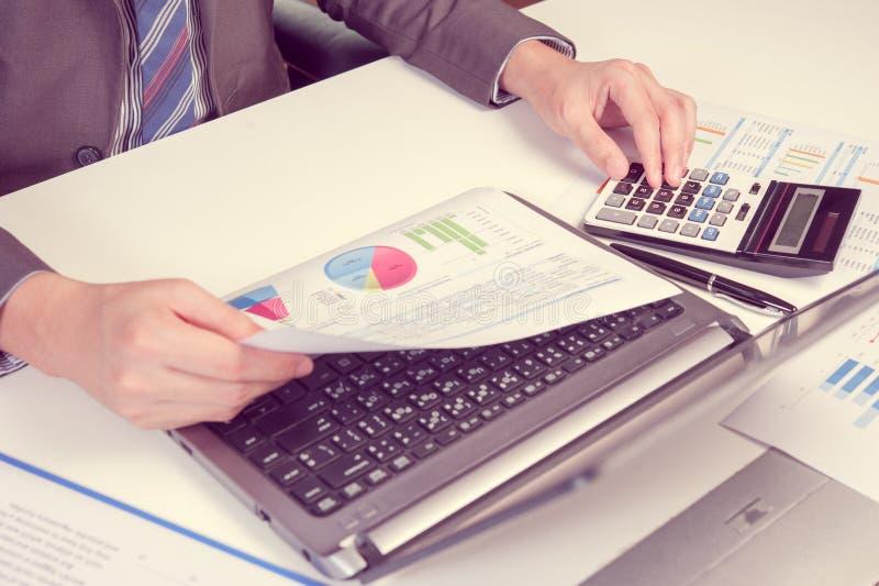 Affärsmanshow som analyserar rapporten, begrepp för affärskapacitet arkivbild