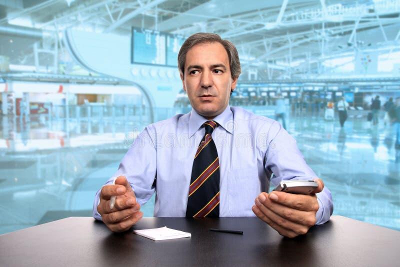 affärsmanskrivbord hans working arkivfoto