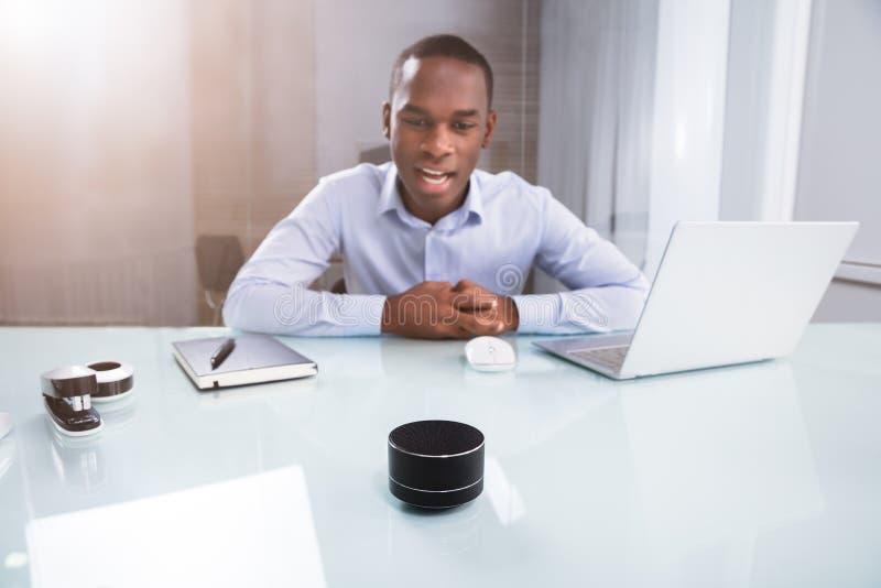 AffärsmanSpeaking On Wireless högtalare royaltyfria bilder