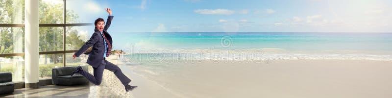 Affärsmanspring på stranden arkivfoton