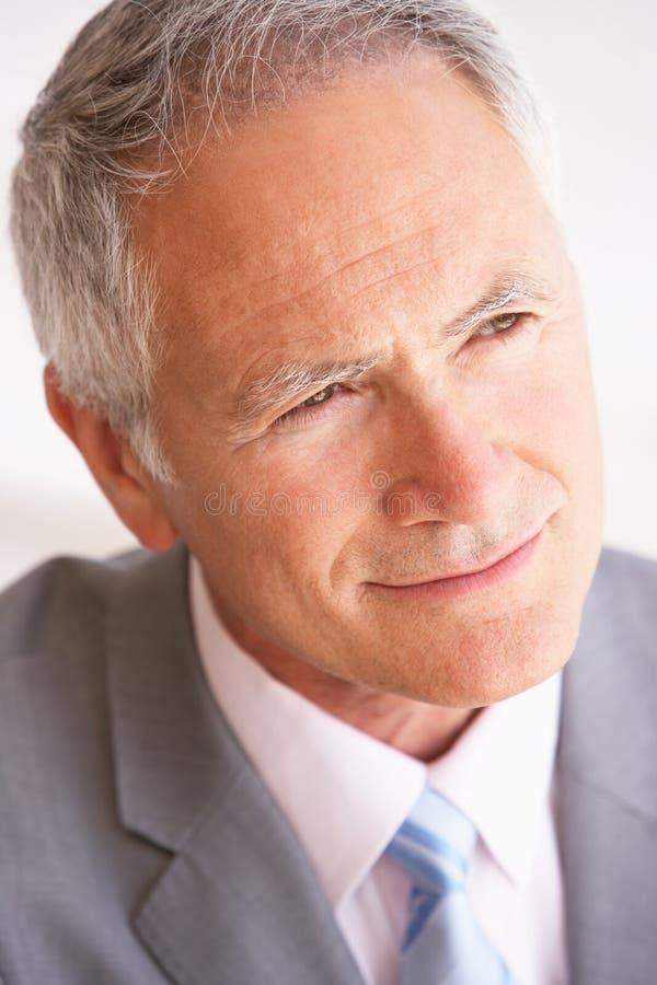 affärsmanståendepensionär royaltyfri foto