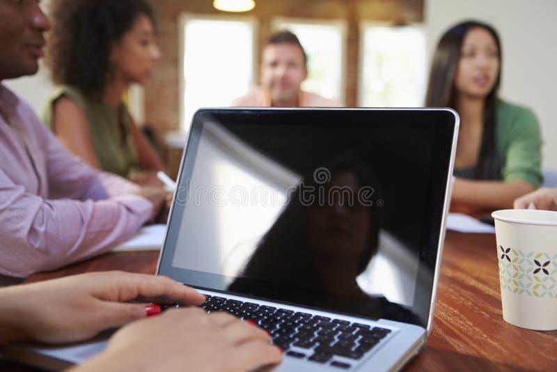 AffärsmanUsing Laptop In möte royaltyfria bilder