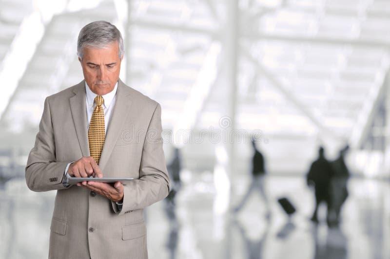 AffärsmanUsing Tablet Computer flygplats arkivbilder