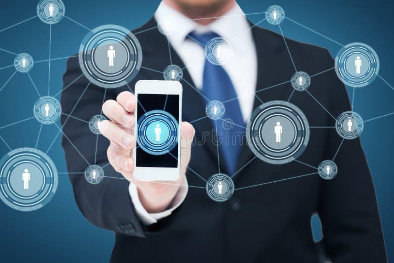 Affärsmanvisningsmartphone med nätverket arkivbilder