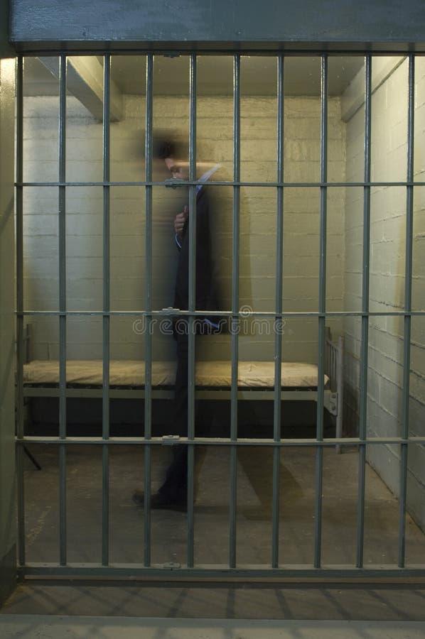 AffärsmanWalking In Prison cell arkivfoton