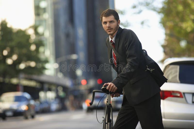 AffärsmanWith Bicycle On Urban gata royaltyfria bilder