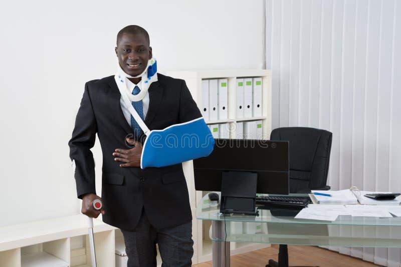 AffärsmanWith Injuries In kontor fotografering för bildbyråer