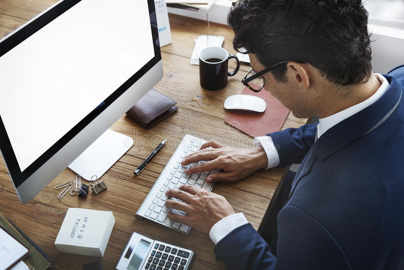 AffärsmanWorking Using Computer upptaget begrepp royaltyfri bild