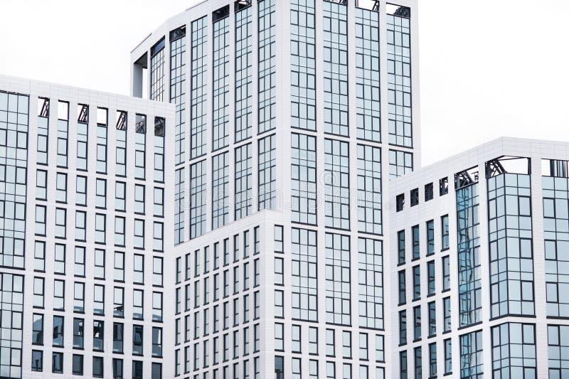 Affärsmitt i de nya fjärdedelarna av staden arkivfoto