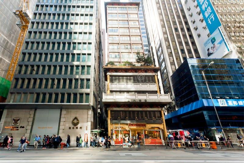 Affärsområde mycket av att rusa folk under moderna arkitekturbyggnader royaltyfri foto