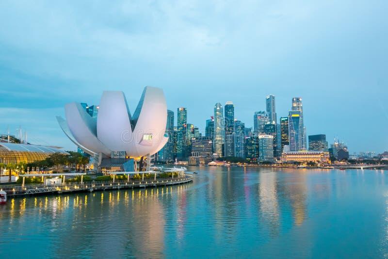 Affärsområdet och den finansiella byggnaden i Singapore på natten royaltyfri foto
