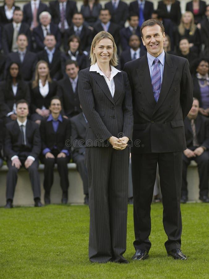 Affärspar i Front Of Multiethnic Executives royaltyfri bild