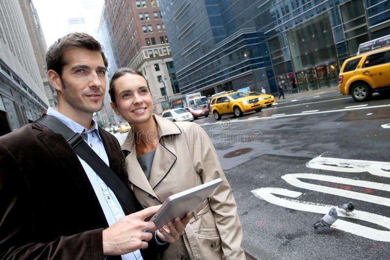 Affärspar i gatorna av New York royaltyfri foto