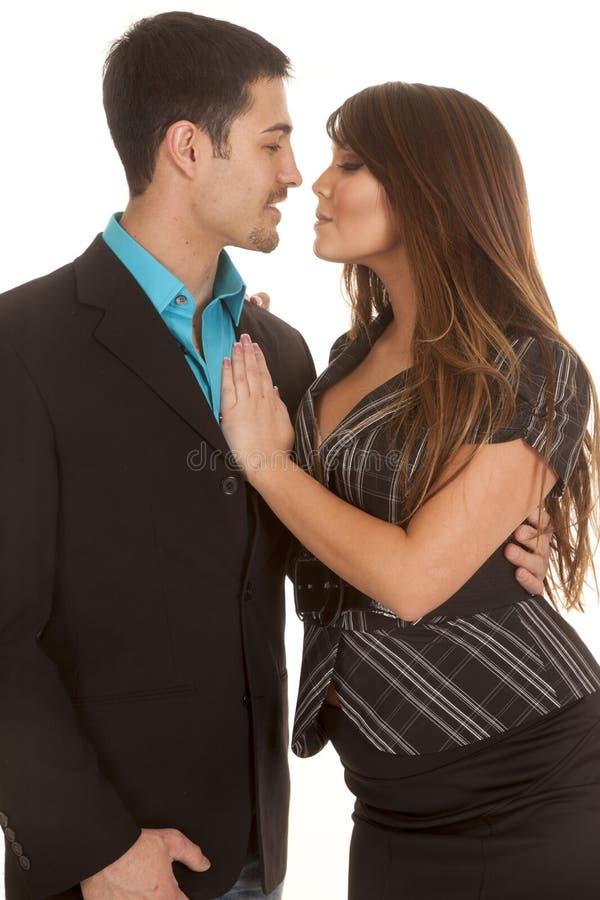 Affärspar som kysser nästan arkivbild