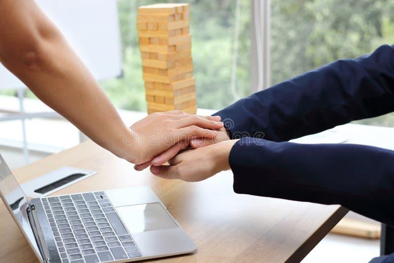 Affärspartnern sammanfogade handen tillsammans till att hälsa färdigt handla i regeringsställning Framgång- och teamworkbegrepp arkivfoto
