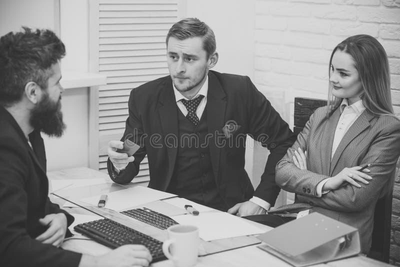 Affärspartners affärsmän på mötet, kontorsbakgrund Affär som krediterar och investerar begrepp Affärsmannen frågar arkivfoton