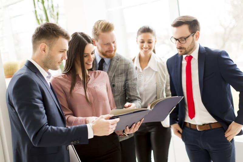 Affärspartners analyserar affärsresultaten i modernt arkivbilder