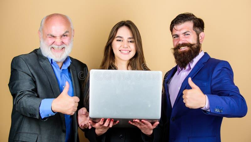 Affärspartners diskuterar problem säkra mogna män med bärbara datorn sexig kvinnasekreterare som ser i dator royaltyfria foton
