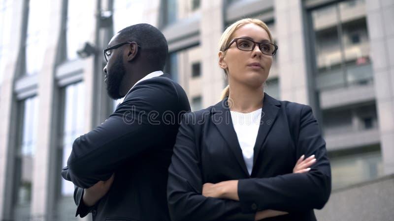 Affärspartners har motsättning i starten, konfrontation av idéer, rivalitet arkivfoton