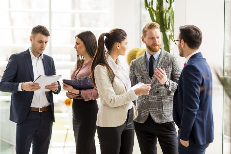 Affärspartners som analyserar affärsresultaten i modernt kontor royaltyfri foto