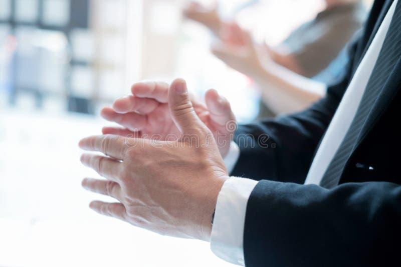 Affärspartners som applåderar händer efter affärsseminarium royaltyfri foto