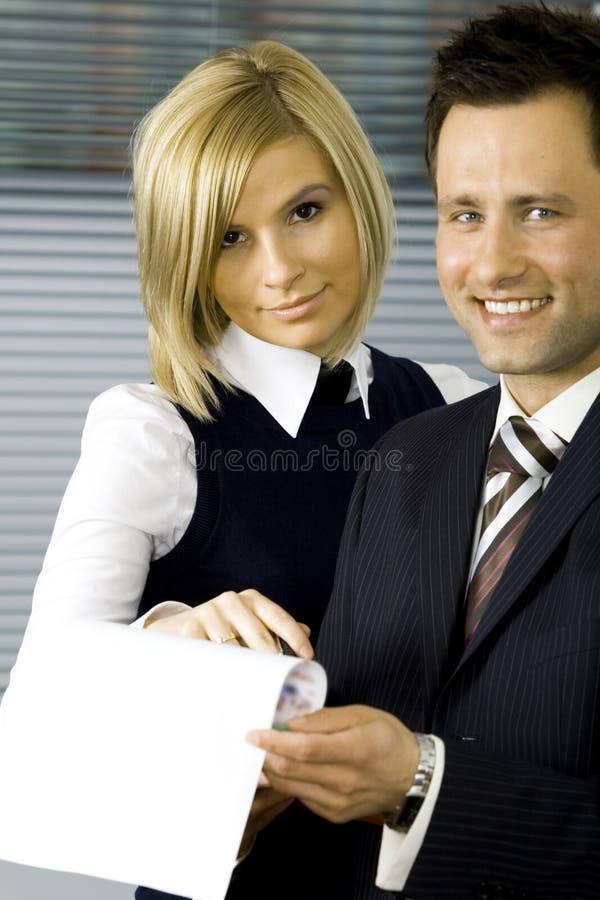Affärspartners som arbetar på ett projekt arkivbild