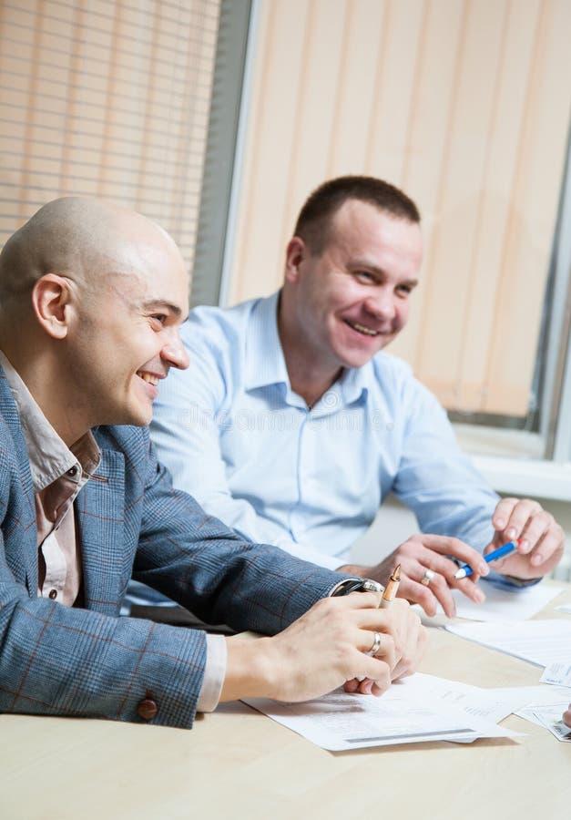 Affärspartners som diskuterar idéer arkivfoto