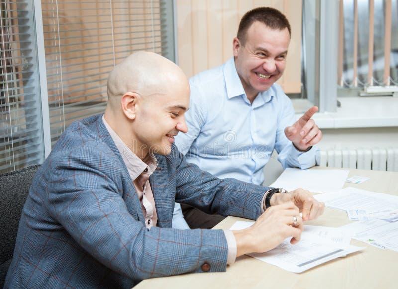 Affärspartners som diskuterar idéer royaltyfri bild