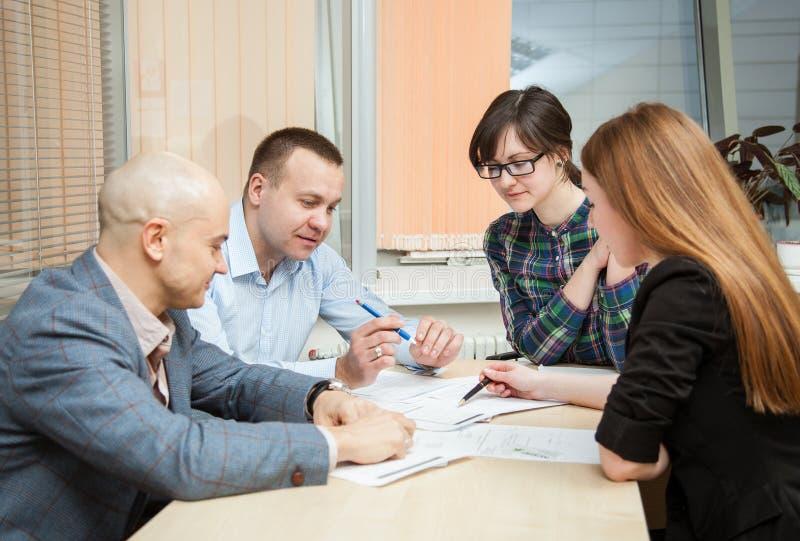 Affärspartners som diskuterar idéer på mötet royaltyfri bild