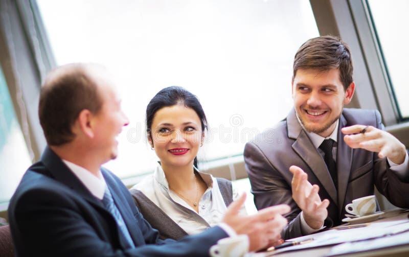 affärspartners som meddelar på mötet royaltyfria bilder