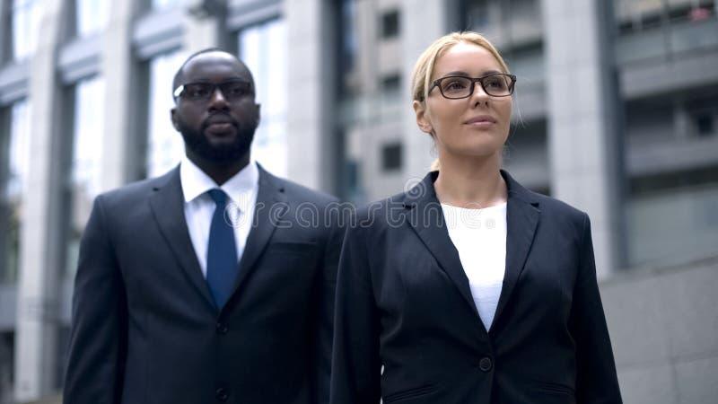 Affärspartners som tillsammans ser på ljus framtid av företaget, lagbyggnad arkivfoto