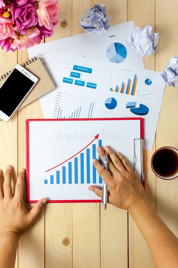 Affärsperson för bästa sikt som också diskuterar noteb för diagram och för grafer royaltyfria foton